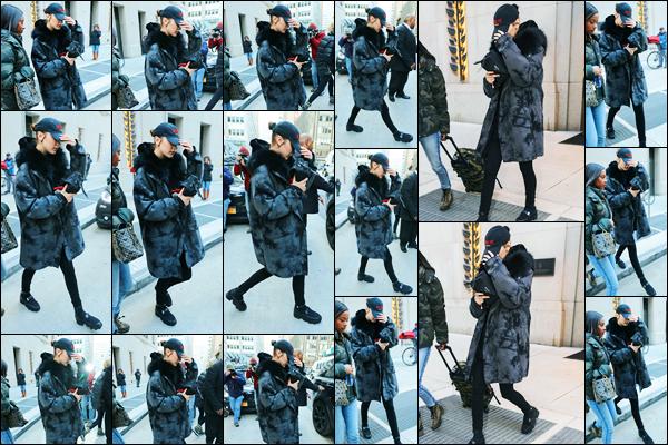 -02/02/2018- ─ Bella Hadid a été photographiée alors qu'elle quittait l'hôtel « The Four Seasons », étant, dans New-York.C'est en compagnie de sa mère, Yolanda Hadid, où celle-ci réside, que la belle mannequin a été photographiée. Concernant sa tenue, c'est un beau top !