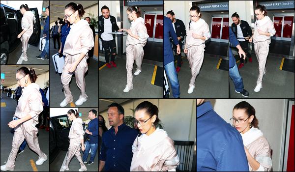 -16/02/2018- ─ Bella Hadid a été photographiée alors qu'elle arrivait à l'aéroport de « LAX » se situant dans Los Angeles !La belle mannequin a pris un envol pour la fashion week de Londres, pour pouvoir y participer ! Concernant sa tenue, c'est un jolie petit top de ma part !