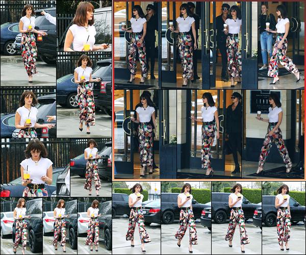 -13/03/2018- ─ Bella Hadid a été photographiée alors qu'elle quittait l'hôtel « London Hotel », étant, au West Hollywood !C'est un look totalement superbe que la belle mannequin Bella a été photographiée dans les rues ! Concernant sa tenue, c'est un jolie top pour ma part !