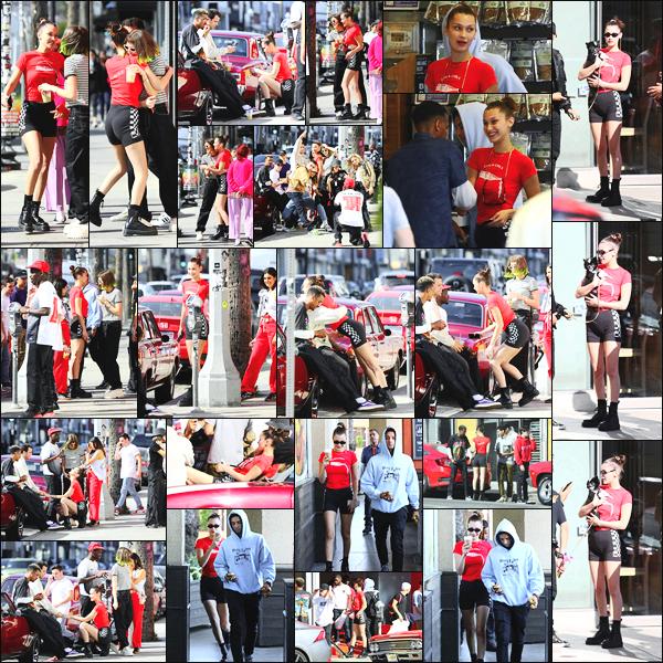 -19/04/2018- ─ Bella Hadid a été photographiée au « Cherry Los Angeles pop-up » avec des amis au Fairfax district à L.A !La belle mannequin Bella Hadid était en compagnie de ses amies et semblaient très bien s'amuser avec eux d'ailleurs ! Concernant la tenue, c'est un bof.
