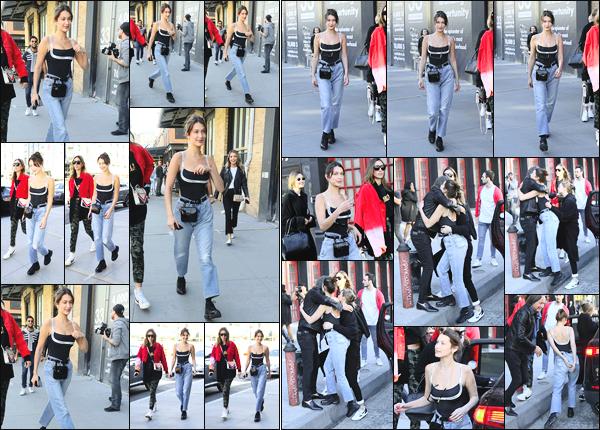 -22/04/2018- ─ Bella Hadid a été photographiée alors qu'elle arrivait au restaurant « Soho House » étant dans New-York.La belle mannequin était en compagnie de sa soeur Gigi Hadid, ainsi que son père Mohamed Hadid et sa demi-soeur Alana Hadid... Sa tenue est un top !
