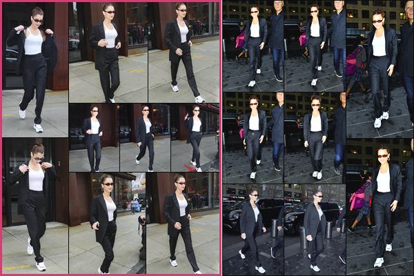 -25/04/2018- ─ Bella Hadid a été photographiée alors qu'elle quittait l'appartement de Gigi Hadid étant dans Manhattan !Plus tard, la belle mannequin a été photographiée arrivant à la première de « Being Serena » à New-York... Sa tenue est un jolie petit top pour ma part !