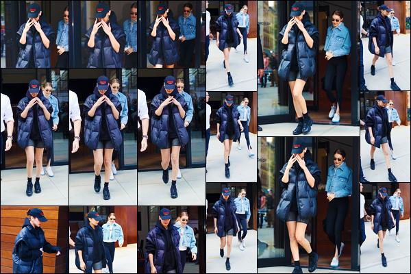 -01/05/2018- ─ Bella Hadid a été photographiée, alors, qu'elle quittait l'appartement de sa s½ur Gigi H. dans Manhattan !La belle mannequin est donc de retour à New-York après un court séjour à Miami. Mais elle a pris un vol direction Paris.. Sa tenue est un bof pour moi...