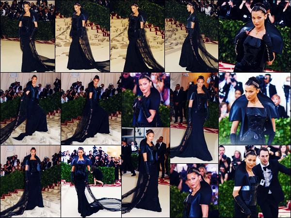 -07/05/2018- ─ Bella Hadid posait sur le tapis du « MET Gala 2018 », au Metropolitan Museum of Art, dans New-York C. !C'est dans une tenue parfaitement dans le thème « Corps célestes : la mode et l'imagination catholique » que Bella H. a poser sur le tapis. Un beau top !