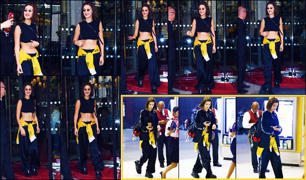-24/06/2018- ─ Bella Hadid a été photographiée, alors, qu'elle quittait son hôtel « Le Royal Monceau », étant dans Paris !La belle mannequin Bella Hadid a ensuite été photographiée alors qu'elle arrivait à l'aéroport de « JFK », elle a donc quittée la capitale. Sa tenue est top.