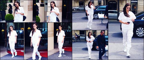 -29/06/2018- ─ Bella Hadid a été photographiée, alors, qu'elle quittait son hôtel, étant dans la ville dans Paris en France !La belle mannequin Bella Hadid ne s'arrête plus, et a posée désormais ses valises à Paris, encore une fois... Concernant sa tenue, c'est un top pour moi !