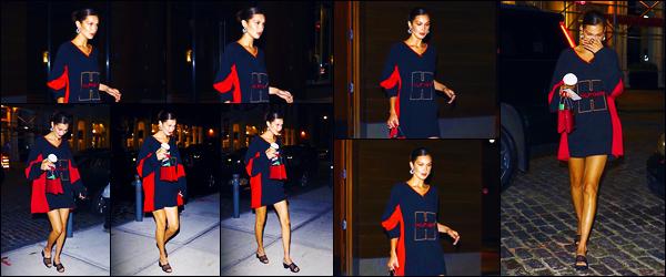 -01/08/2018- ─ Bella Hadid a été photographiée, alors, qu'elle arrivait à son appartement dans la ville étant à Manhattan.La belle mannequin est donc de retour à New-York après quelques jours passer loin de là-bas avec The Weeknd ! Concernant sa tenue, c'est un jolie top.