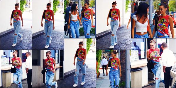 -09/08/2018- ─ Bella Hadid a été photographiée, alors, qu'elle arrivait au restaurant « E Baldi », étant, dans Beverly Hills.Après quelques jours sans nouvelles de la belle mannequin, nous la revoilà avec quelques amis ! Concernant sa tenue, c'est très beau top pour ma part !