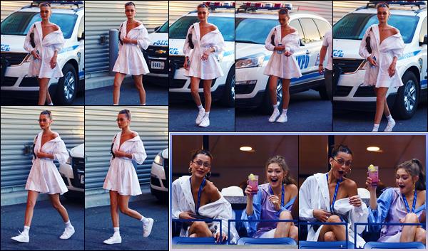 -04/09/2018- ─ Bella Hadid a été vue alors qu'elle arrivait au « Billie Jean King National Tennis Center », dans New-York.C'est en compagnie de sa grande s½ur, Gigi Hadid, que la belle B. a donc assister au match... Concernant sa tenue, c'est un très jolie top pour ma part !