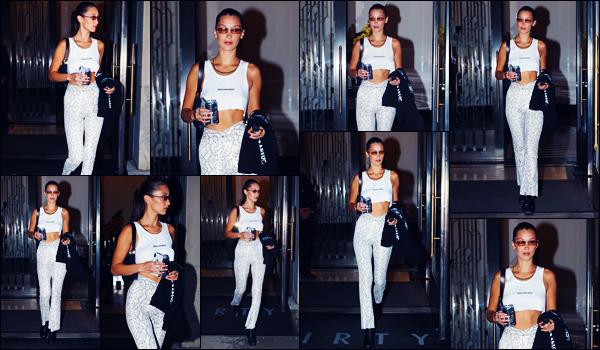 -06/09/2018- ─ Bella Hadid a été photographiée, alors, qu'elle quittait son hôtel « The Mercer Hotel », étant à New-York !C'est pour se rendre au défilé « Kith x Versace », où Bella Hadid a participer, que la belle a été vue quittant l'hôtel... Concernant sa tenue, c'est petit top.