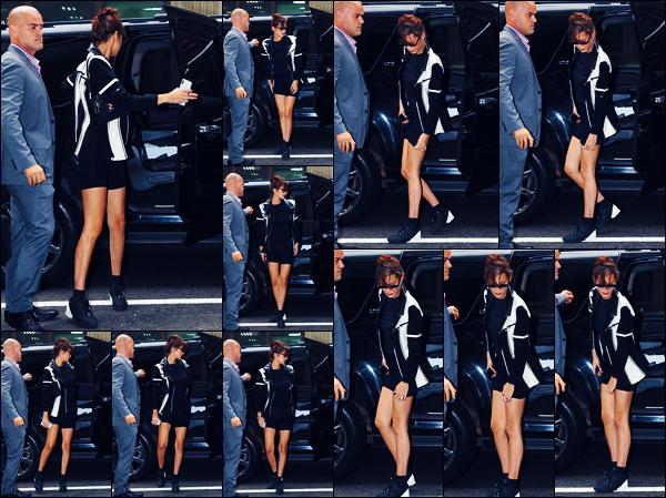 -08/09/2018- ─ Bella Hadid a été photographiée, alors, qu'elle arrivait à son appartement qui se situe, dans - Manhattan !Plus tard dans la journée, la sublime mannequin a défilé pour « Brandon Maxwell » pour la FW18... Concernant sa tenue, c'est un très jolie top pour moi.