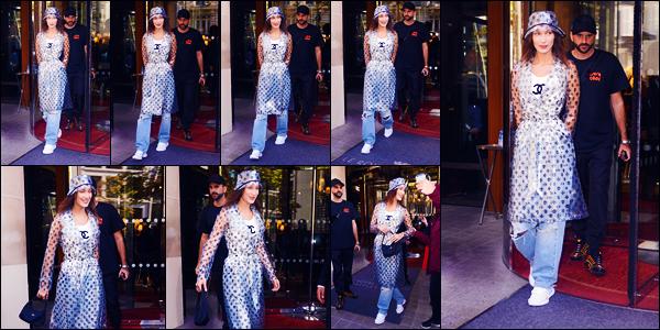 -27/09/2018- ─ Bella Hadid a été photographiée, alors, qu'elle quittait l'hôtel « The Royal Monceau », étant, dans - Paris !La belle mannequin Bella Hadid a défilé pour la marque « Off-White » avec Kendall Jenner pour la fashion week ! Concernant sa tenue, c'est un gros flop