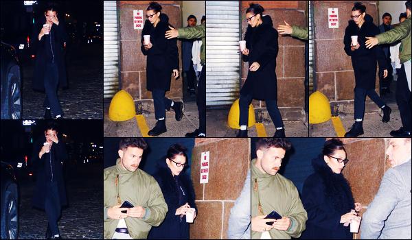 -19/11/2018- ─ Bella Hadid a été photographiée alors qu'elle quittait un café avec The Weeknd étant dans New-York City.C'est donc en essayant de se cacher avec son petit ami que la belle mannequin a été photographiée. Concernant sa tenue, c'est un petit bof de ma part !