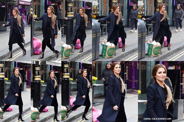 - 25/10/2019 : Cheryl se promenant seule dans les rues de Londres, UK ! La chanteuse portait une simple tenue qui lui va vraiment bien c'est un très beau TOP ! -
