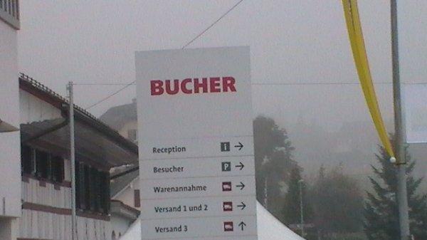 La porte ou vèrte chez Bucher et il a y avai la jourené des vieux tracteurs chez Bucher