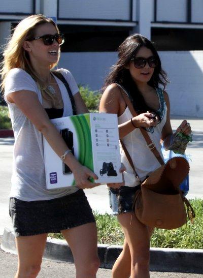 Vanessa a été vue hier après-midi (27 août) dans les rues de Studio City avec une amie, faisant un peu de shopping dans le quartier (notamment pour une XBox 360 comme on peut le voir sur les photos)