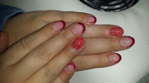 Nail art arabesques rouges en peinture sur pose en gel Indigo