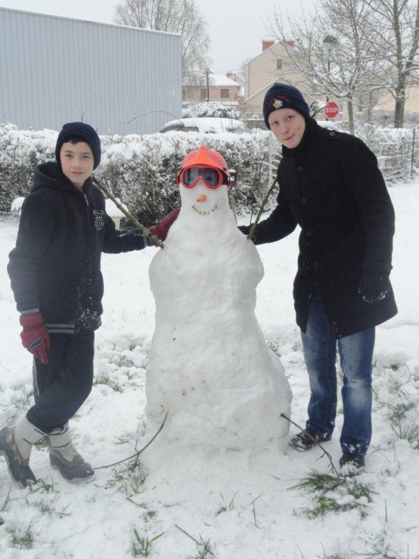 Voilà un nouvelle ami est arrivé hier matin il s'appelle homme des neiges et bien sur lui aussi est sapeur pompier!!! ;)