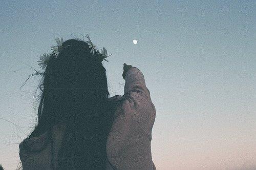 Parfois, on regarde le ciel, on fixe une étoile, et on pense à une personne. C'est ça, le manque
