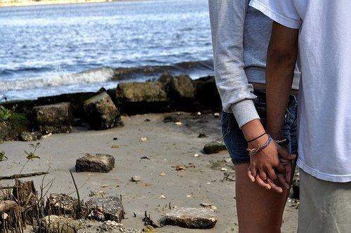 Lorsque tu te sens seul, regarde juste les espaces entre tes doigts, et souviens-toi que les miens s'y glissaient parfaitement...