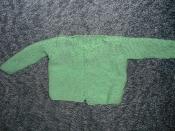 j ai mis un temps infini pour tricoter ce tit gilet bb pour une amie . le tricot n est pas trop ma tasse de thé; mais elle la enfin
