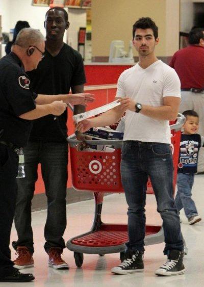 Joe Jonas : Accro au shopping !