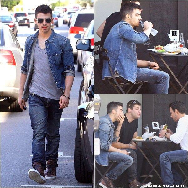 """Le 3 mars 2011 : Joe à été vu avec deux amis à Los Angeles + Une photo Twitter de Nick. News : Nick souhaiterait jouer dans un épisode de GLEE C'est donc plein d'espoir qu'il a adressé un appel à Ryan Murphy, le créateur de la série musicale qui cartonne en ce moment""""Tout le monde le dit dans le monde de la musique. Glee est un show très populaire et j'adore la façon dont ils utilisent la musique..."""" Le chanteur de 18 ans avoue donc sans fausse honte qu'il serait """"honoré"""" d'y faire une apparition :""""J'avoue humblement que s'il y avait une opportunité pour moi de collaborer au show, j'en serais honoré. De plus, l'équipe est vraiment talentueuse...""""""""Même s'ils ne m'offrent pas de rôle, je leur donne la permission d'utiliser ma musique pour la série. Ils peuvent prendre ce qu'ils veulent !"""" Nick Jonas est donc très motivé et adorerait suivre l'exemple de Britney Spearset Gwyneth Paltrow qui sont apparues dans la série musicale.Ayant accordé une interview à MTV News, Nick se dévoile sur ses frères et sur la musique qu'ils composent ... Il explique : """"Lorsque nous nous réunissons pour chanter en studio, il se passe quelque chose de spécial. De toute évidence, être frères crée une sorte de connection que l'on ne peut pas expliquer. Vous savez seulement qu'il va se passer quelque chose de génial et qui arrive naturellement ... Quelque soit le son que c'est censé être, que ce soit de la pop, du rock, ou autre, ce sera bon ... Nous prenons notre temps !"""""""