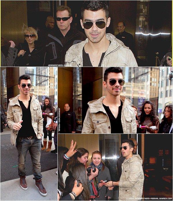 Le 13 mars 2011 : Nick était à l'évènement Carnaval for a Cure à New-York. Il y à 4 ans, Nick avait annoncé qu'il été atteint de diabète de type 1 pendant cet évènement. (VIDEO) Le 12 & 14  mars : Joe quittant son hôtel Trump à New-York. Le 12 mars : Nick à New-York. Le 15 mars 2011 : (après-midi )  Joe a été  vu prendre des photos avec des fans devant  son hôtel avant de prendre un taxi et aller déjeuner toujours à New York.