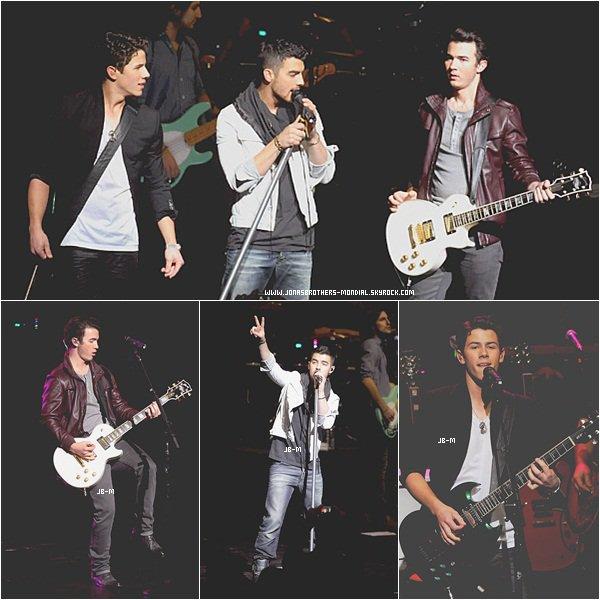 Le 20 mars 2011 :     Les Jonas Brothers au complet, sur le tapis rouge puis performant au concert for hope (de l'espoir). Le 22 mars 2011 :    Joe Jonas a été vu en train de déjeuner au Café de Mauro chez Fred Segal à West Hollywood, en Californie.