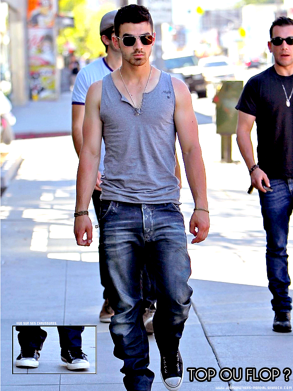 Le 31 mars 2011 : Joe Jonas a été vu sortant d'un Starbucks à Hollywood avec quelques amis.