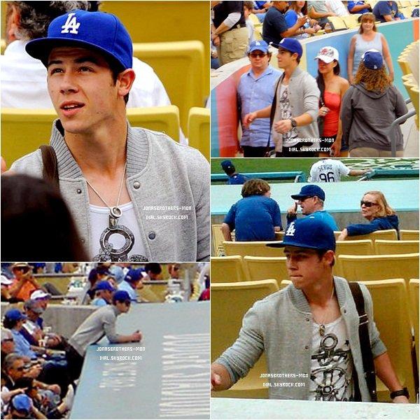 """Le 1er avril : Joe est allé en boîte de nuit """"Trousdale"""" à West Hollywood. Le 2 avril : Joe & son petit frère Frankie étaient présent aux Kid's Choice Award. Ils n'ont malheureusement pas gagné de prix. Le  même jour : Nick été à un match de baseball des Dodgers contre les Giants."""