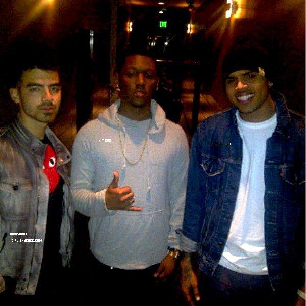 Le 9 avril 2011 : Nick sortant d'un Starbucks à Sherman Oaks, en Californie.