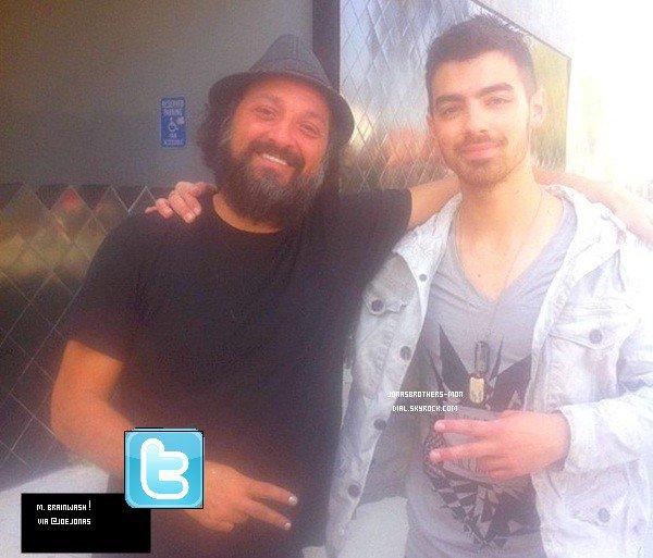Le 12 avril 2011 : Joe a été vu marchant dans Beverly Hills,  sous le soleil de Los Angeles. Arg !  %) Joe rase toi !! Sinon, j'aime sa tenue ;D Des photos Twitter de Joe & Nick .