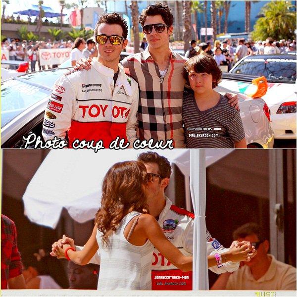 Le 14/04 : Nick à été vu arrivant à l'aeroport de Los Angeles. Le 15/04 : Joe été  au Festival de Coachella Music. Le 15/04 : Kevin pour la course de qualification de Toyota Pro / Celebrity Race. Le 16/04 : Toute la famille Jonas ont été encourager Kévin à la Course de Toyota Pro/Celebrity Race à  Long Beach .