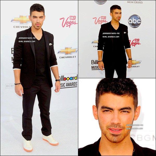 """. 22/05/11 - Joe à été vu au """"Billboard Music Awards 2011"""" à Las Vegas. 23/05/11 - Joe à été avec ses amis Jason et Mikey qui ont été vus au """"Kings Road Cafe"""". 23/05/11 - Kévin et Danielle ont été vus au """"Do Something Awards"""". ."""