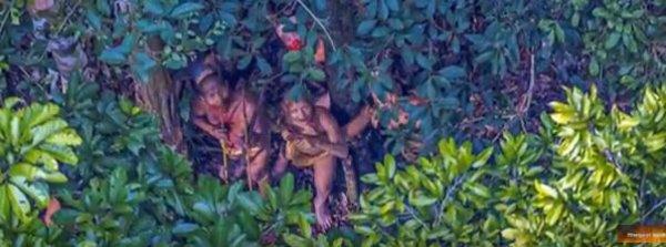 Un photographe survole par hasard une tribu isolée (vidéo)