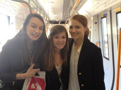 Après un très court voyage en italie, Dianna est de retour à Londres. Voici une photos d'elle avec des fans françaises.