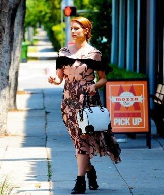 Le 8 mai, Dianna a été vue à AT&T (opérateur téléphonique américain) pour s'acheter le dernier bijoux de Apple l'Iphone 5. Elle s'est essuite rendue chez MAC à West Hollywood. Coté tenue c'est un énorme flop, je suis vraiment désolé mais je n'ai pas sa robe ni ses chaussures. En revanche je la trouve super bien maquillée !