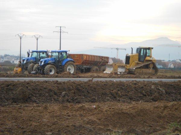 4687. bull CAT D6N + 2 tracteurs NEW HOLLAND avec benne TP