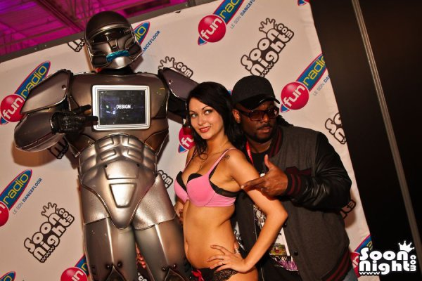 ROBOT-PERFORMER  Will I AM le chanteur des Black Eyed Peas