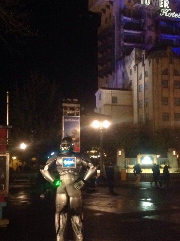 ROBOT-PERFORMER AUX PARC WALT DISNEY PARIS  !