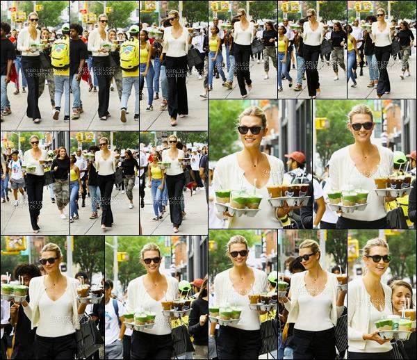 -  22/08/18 :Karlie a été photographier en se « promenant » avec des cafés à la main dans New York ! -
