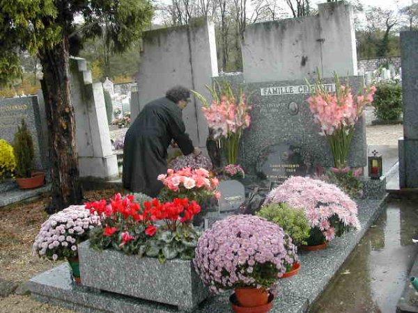 Fleurir une tombe oubliée.....