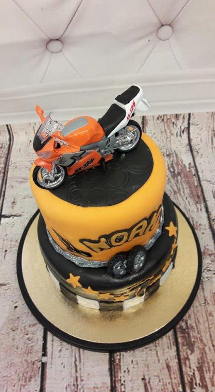 Joyeux Anniversaire à Noah Qui Voulait Une Moto Et Un Gâteau à
