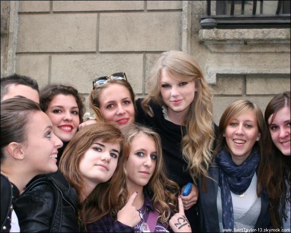 La pochette du nouveau single de Taylor intitulée 'Back To December' est enfin sortie en HQ. Twitter Taylor posant avec des fans (lieu inconnu mais il semblerait que se soit à Paris).Portrait de Taylor auquel elle a eu droit après avoir gagné quatre prix lors de la CMA Awards l'an dernier.    Vidéo  où Taylor parle de sa nouvelle chanson 'Back To December' puis à la fin la preview du titre. 'Back To December' sera disponible demain sur Itunes, nous pourrons donc écouter la chanson en entière. Puis découvrez une  vidéo  du Behind The Scene du photoshoot pour l'album 'Speak Now'.  Vous pouvez écouter la nouvelle chanson de Taylor 'Back To December' dans mon morceau préféré.