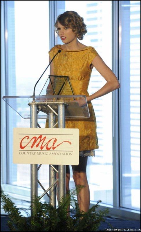 Taylor est en couverture du magazine PARADE. Ils ont utilisé un tout nouveau photoshoot.  Taylor assiste au Second Annual CMA Songwriters Luncheon à Nashville, Tennessee, où elle a été honoré pour ses chansons écrites sur 'Should've Said No', 'Love Story' et 'White Horse'.