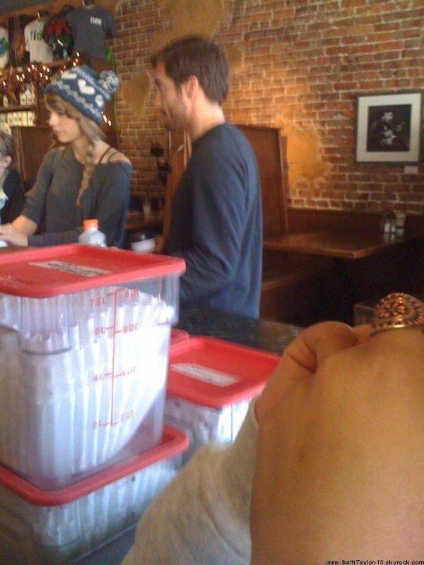 """Y aurait-il anguille sous roche & de l'amour dans l'air ?!  $)  Beaucoup de rumeurs ont émergé sur Taylor & l'acteur Jake Gyllenhaal qui auraient passé la fête de Thanksgiving ensemble, mais jusqu'à présent c'était seulement des rumeurs. Maintenant, nous avons la preuve concrète car une photo a été prise dans un café nommé Fido à Nashville ce week-end ! Plus tôt cette semaine, Taylor & Jake auraient également acheté des boissons chaudes et célébré Thanksgiving ensemble à New York City. En effet, d'après les sources du site JustJared """"Les deux sont allés à Park Slope's Gorilla Coffee à Brooklyn pour prendre du café au lait et ils étaient super sympa."""""""