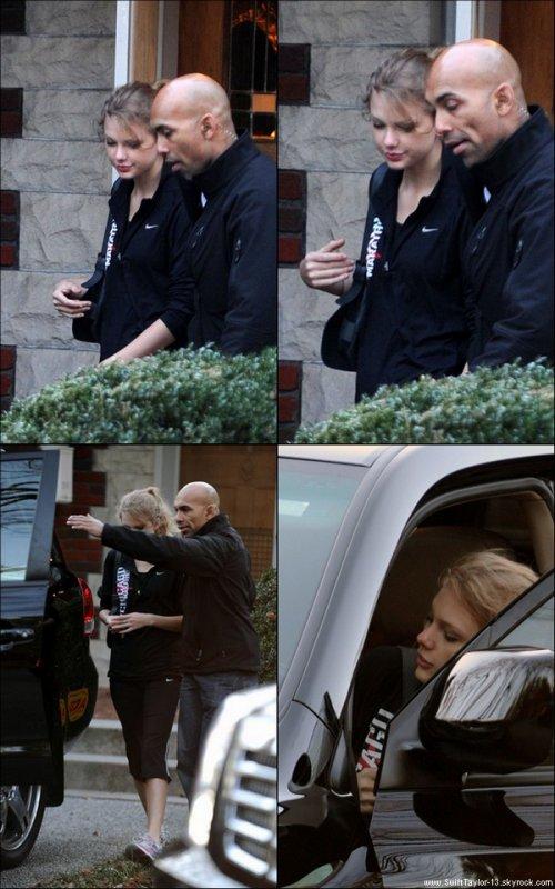 28 Novembre 2010 - Taylor a été aperçu quittant une résidence à Nashville, accompagné d'un garde du corps.