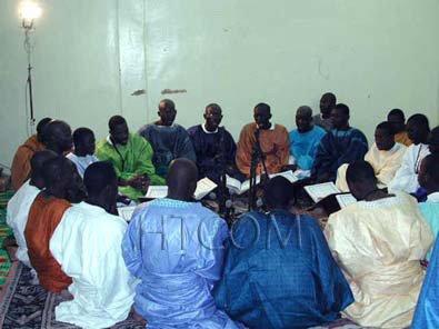 Equipe de concert psalmodiant les khassaides dans la nuit du Maouloud