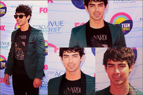 22 Juillet 2012  :  Joseph était présent lors des Teen Choice Award 2012 à Los Angeles.    Joe était habillé d'un look personnel avec t-shirt imprimé, veste kaki et pantalon noir. J'aime c'est simple et à la Joe, TOP!